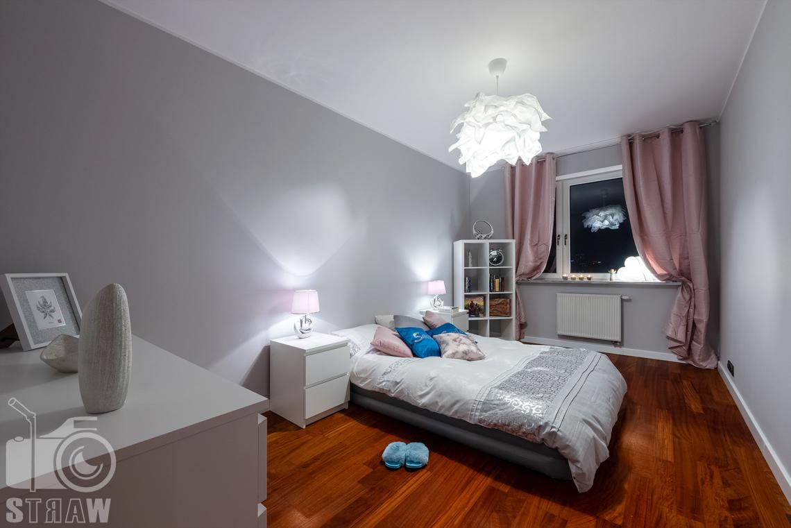 Sesja fotograficzna mieszkania na sprzedaż, tutaj duża sypialnia z drewnianą podłogą.