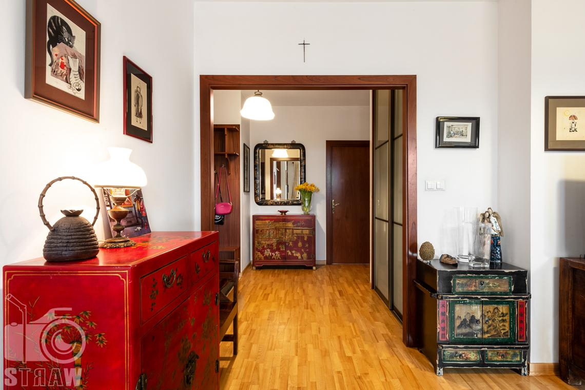 Zdjęcia nieruchomości na sprzedaż, oryginalna komoda przedpokój.