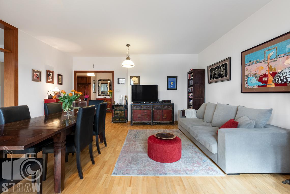 Zdjęcia nieruchomości na sprzedaż, fotografia salonu z sofą i dużym stołem.
