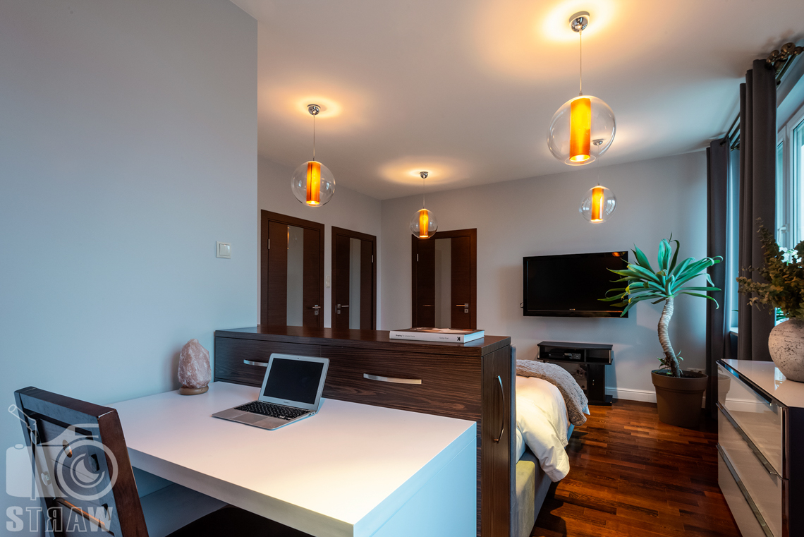 Zdjęcia mieszkania na sprzedaż, gabinet w sypialni w mieszkaniu na warszawskich Bielanach.