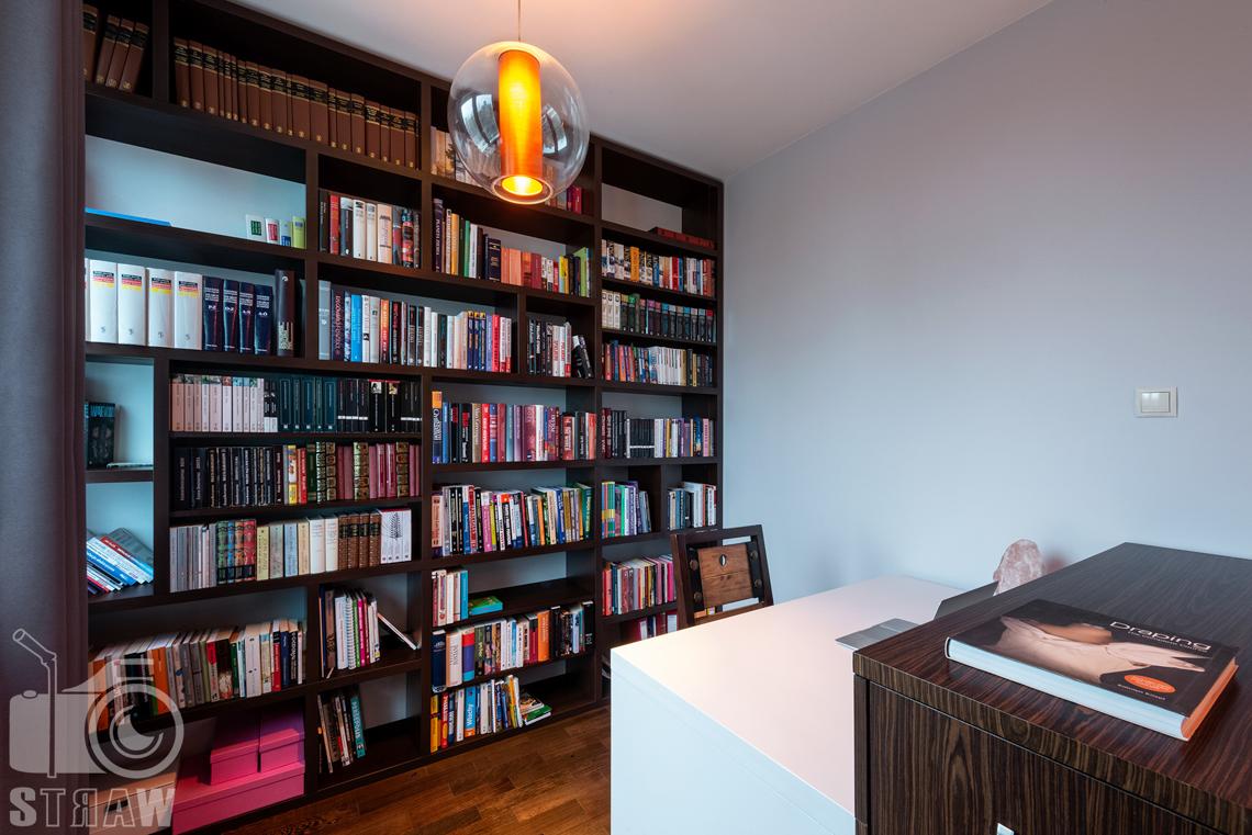 Zdjęcia mieszkania na sprzedaż, biblioteczka w gabinecie w fotografowanym mieszkaniu.