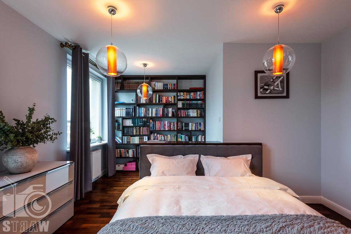 Zdjęcia mieszkania na sprzedaż, na fotografii wnętrza duże łóżko i widok na biblioteczkę.