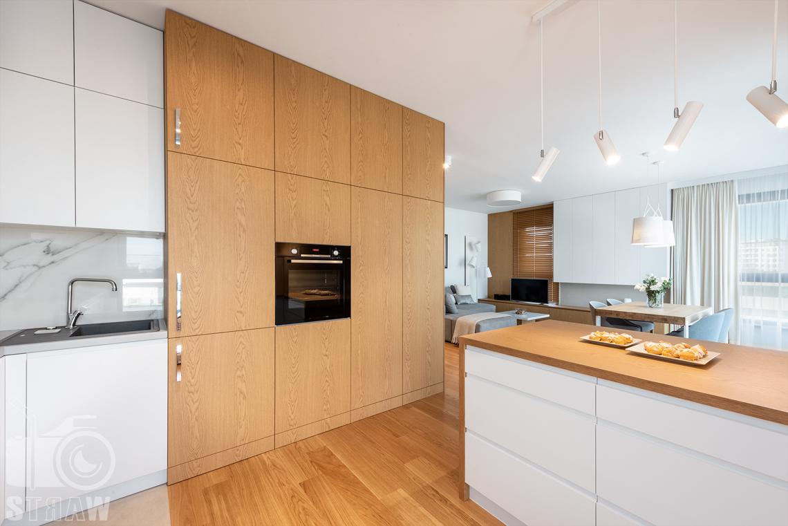 Fotografia wnętrz dla projektantów, zdjęcia mieszkania wykończonego według projektu biura projektowego 4ma Projekt, kuchnia i szafa, regał kuchenny.