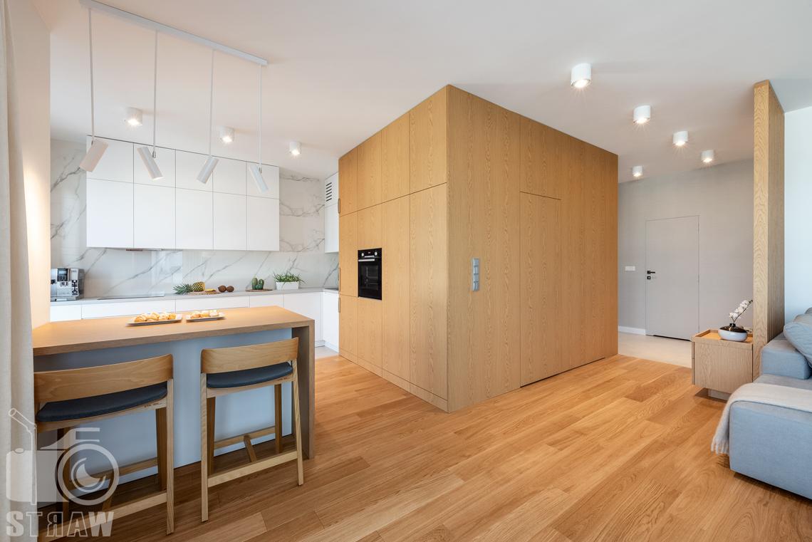 Fotografia wnętrz dla projektantów, zdjęcia mieszkania wykończonego według projektu biura projektowego 4ma Projekt, kuchnia, szafki i jadalnia.