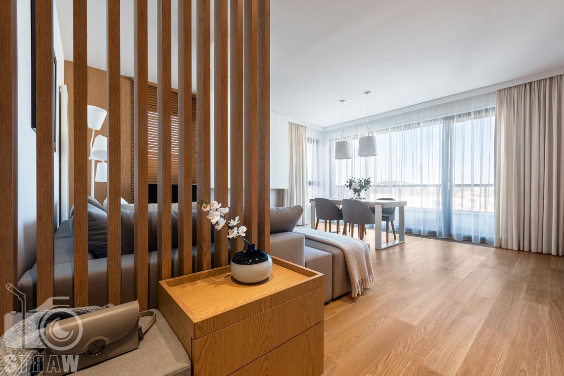 Fotografia wnętrz dla projektantów, zdjęcia mieszkania wykończonego według projektu biura projektowego 4ma Projekt, przedpokój, ażurowy widok na salon.