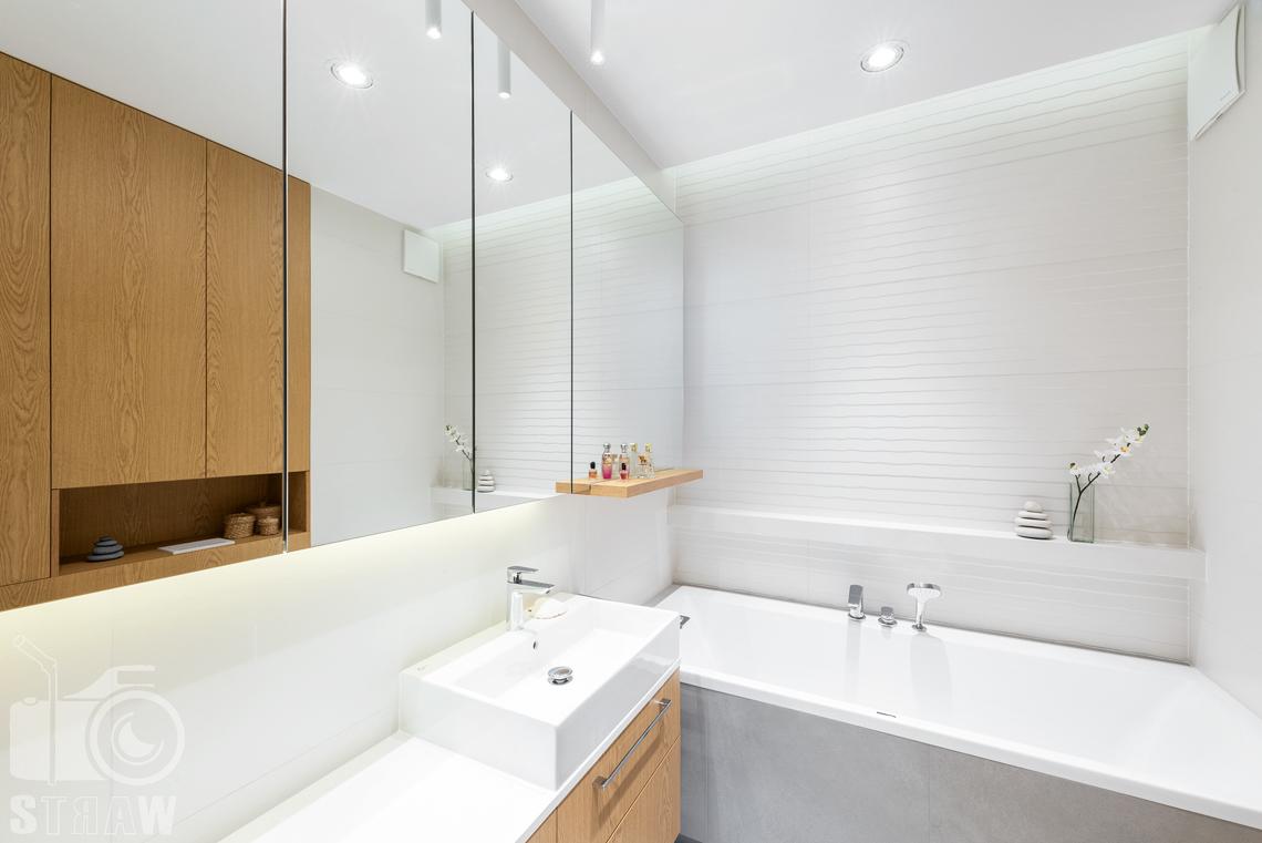 Fotografia wnętrz dla projektantów, zdjęcia mieszkania wykończonego według projektu biura projektowego 4ma Projekt, łazienka, wanna i umywalka.