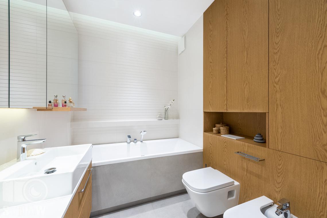 Fotografia wnętrz dla projektantów, zdjęcia mieszkania wykończonego według projektu biura projektowego 4ma Projekt, łazienka, toaleta i szafki w zabudowie.