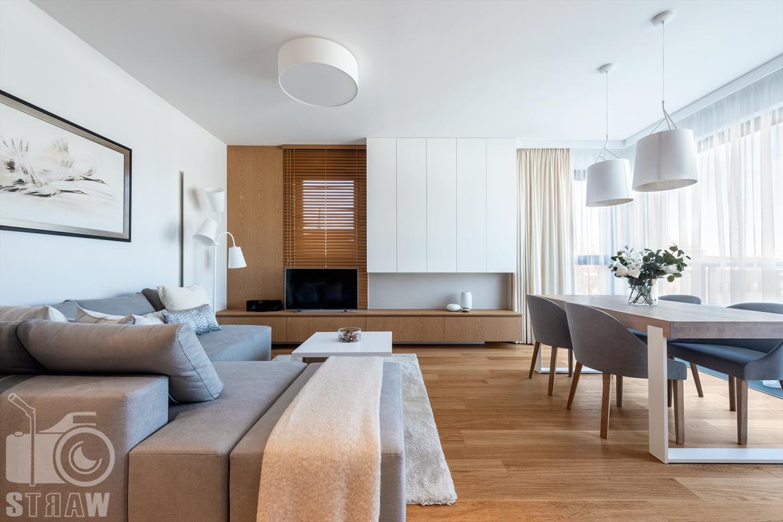 Fotografia wnętrz dla projektantów, zdjęcia mieszkania wykończonego według projektu biura projektowego 4ma Projekt, salon a w nim sofa i zabudowa rtv.