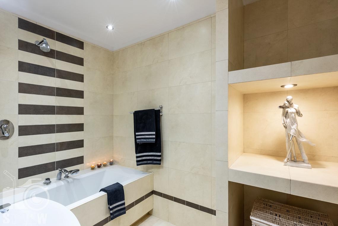 Sesja fotograficzna mieszkania na sprzedaż, łazienka z wnęk a i podświetlone ozdoby.