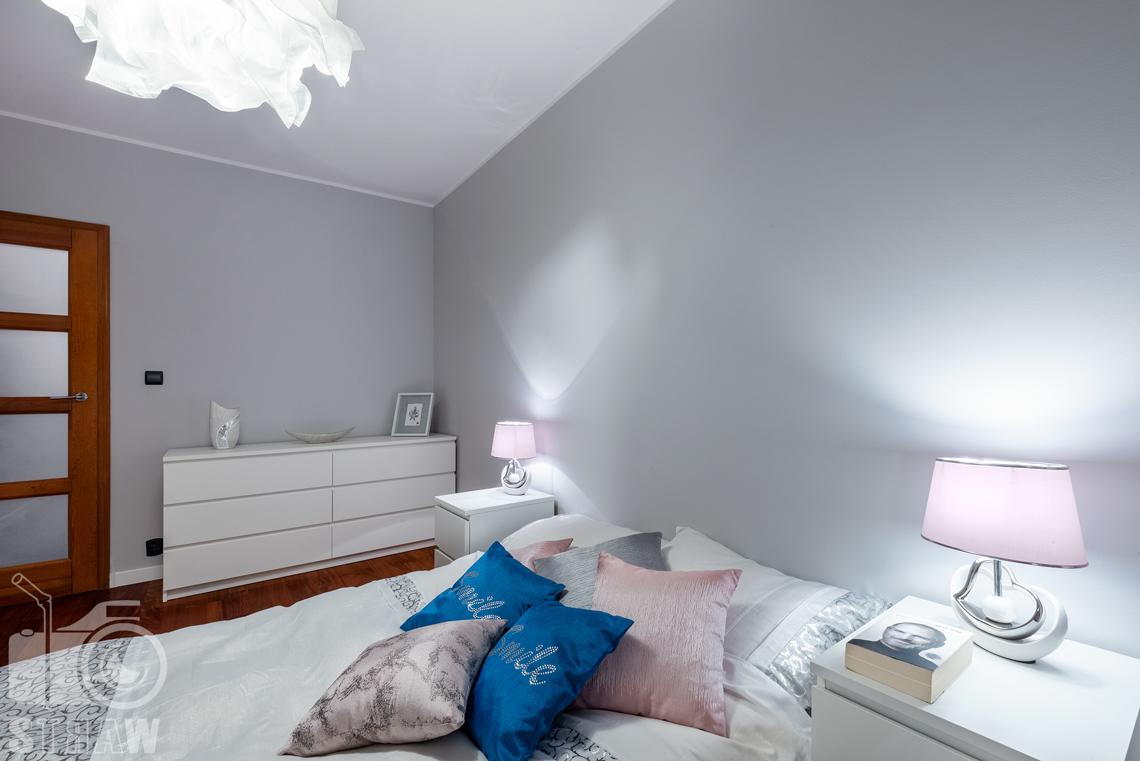Sesja fotograficzna mieszkania na sprzedaż, sypialnia małżeńska widok w stronę drzwi.