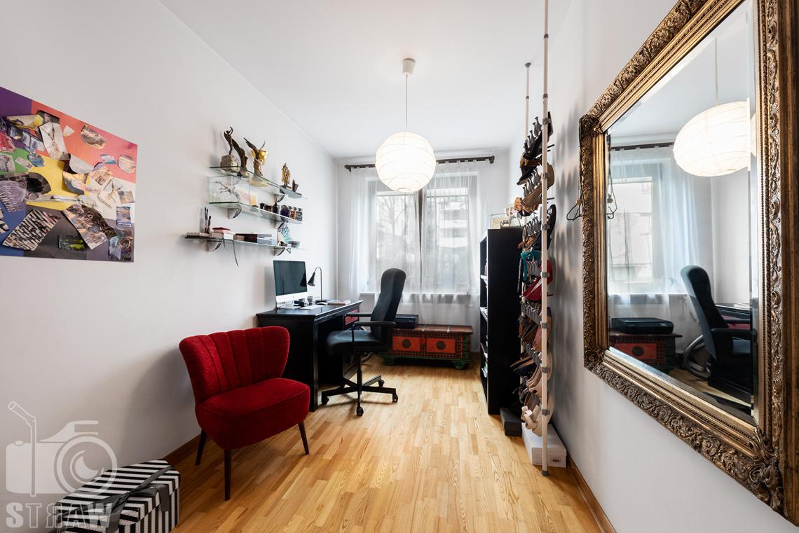 Zdjęcia nieruchomości na sprzedaż na zdjęciu gabinet z czerwonym fotelem.