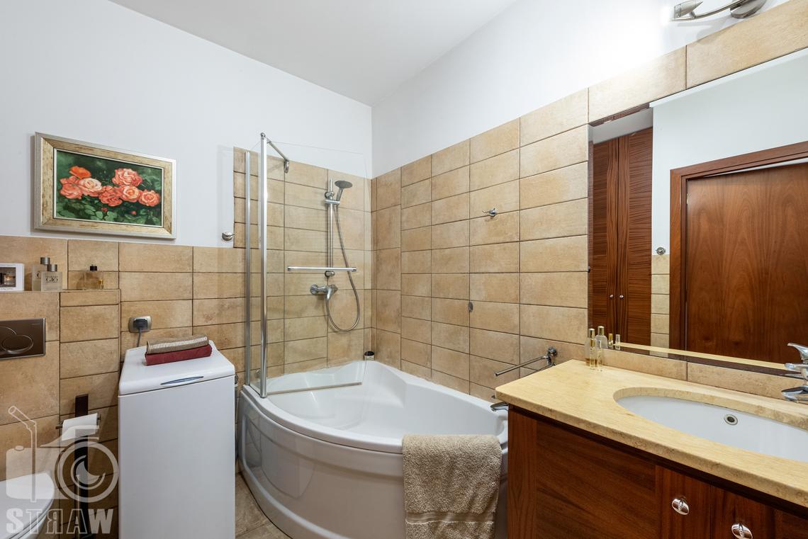 Zdjęcia nieruchomości na sprzedaż zdjęcie dużej łazienki z wanną.