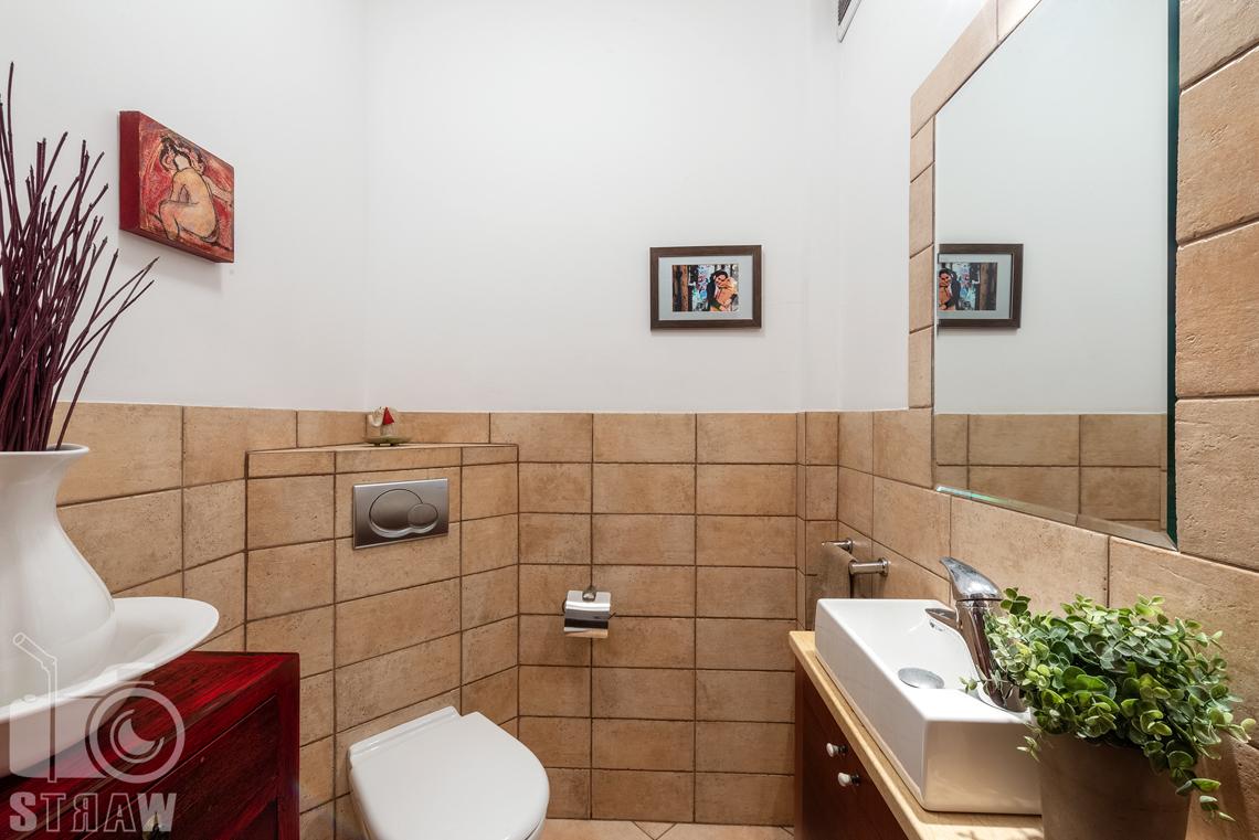 Zdjęcia nieruchomości na sprzedaż, zdjęcie małej łazienki z umywalką.
