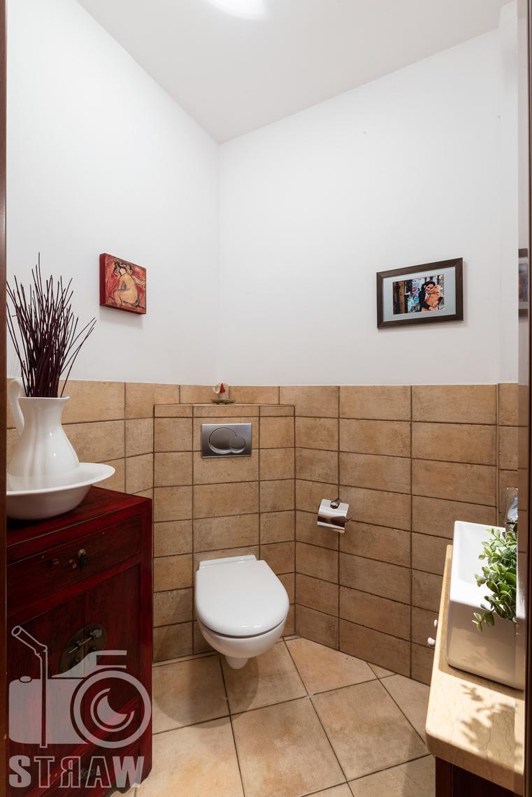 Zdjęcia nieruchomości na sprzedaż, zdjęcie małej toalety.