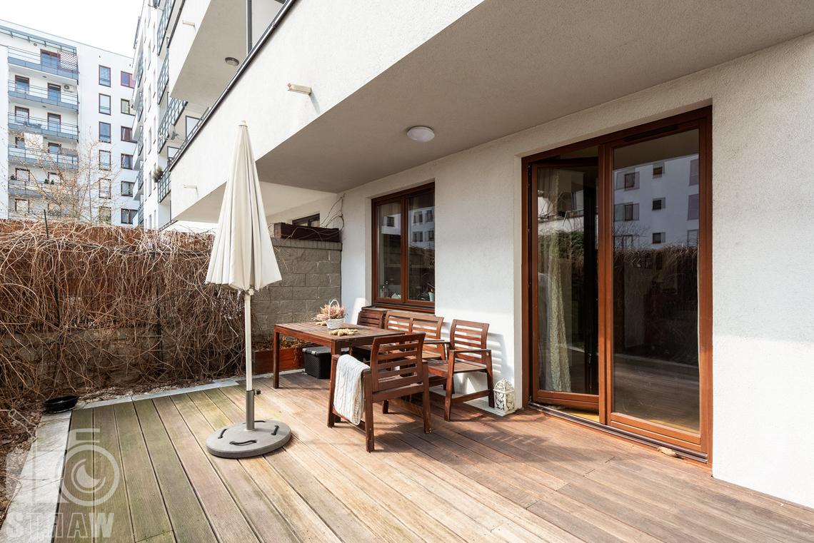 Zdjęcia nieruchomości na sprzedaż, zdjęcie tarasu z parasolem.