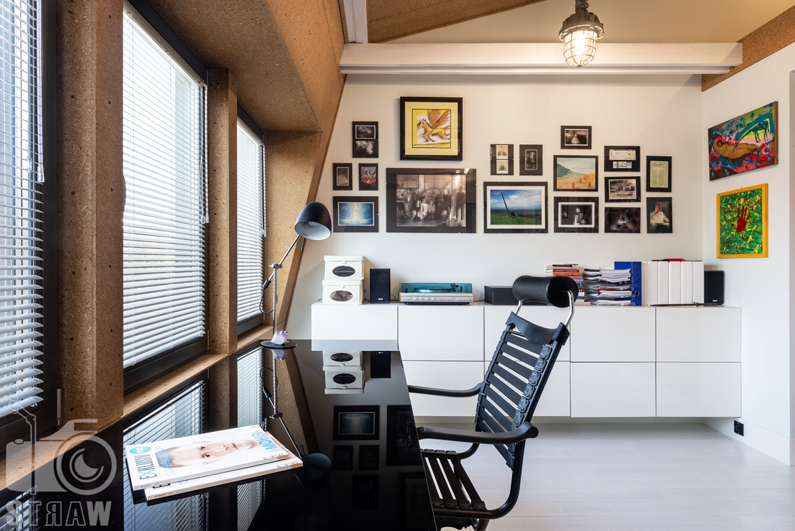 Fotografia nieruchomości na sprzedaż, zdjęcia wnętrza domu, tutaj gabinet mieszczący się na piętrze.