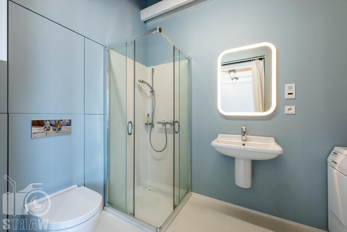Fotografia nieruchomości na sprzedaż, zdjęcia wnętrza, mała łazienka na piętrze zlokalizowana przy pokoju dla gości.
