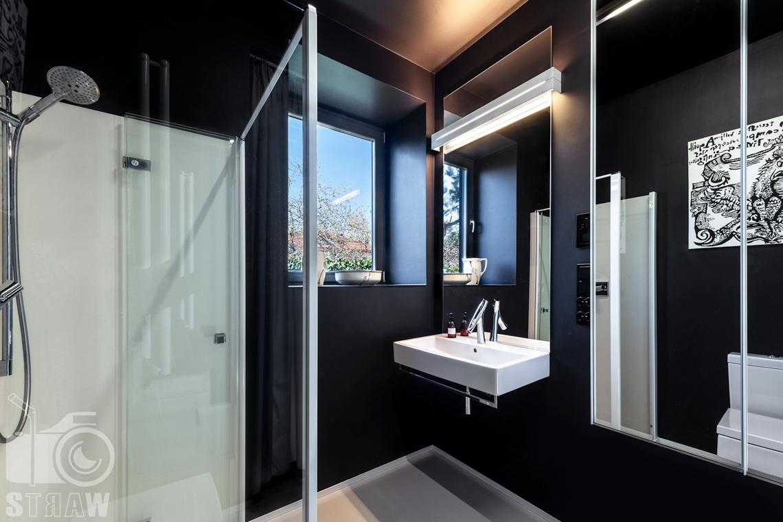 Fotografia nieruchomości na sprzedaż, zdjęcia wnętrza, tutaj łazienka z prysznicem na parterze nieruchomości.