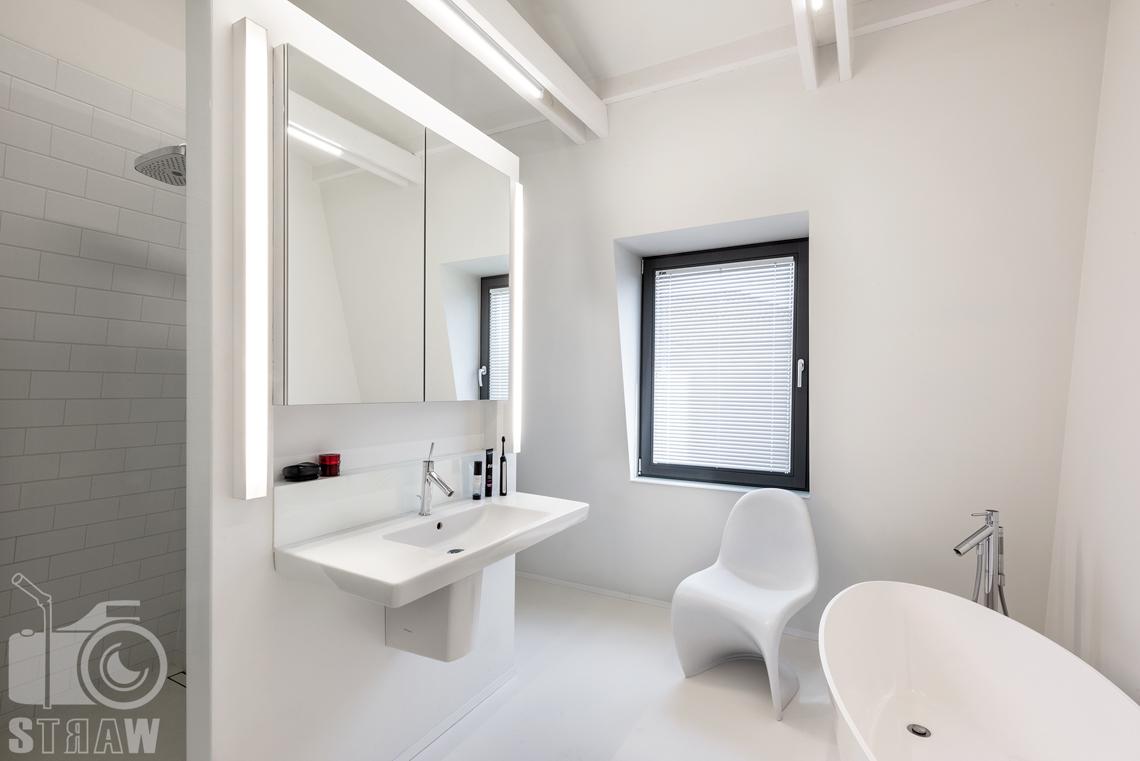 Fotografia nieruchomości na sprzedaż, zdjęcia wnętrza domy, łazienka na piętrze przynależąca do dużej sypialni.