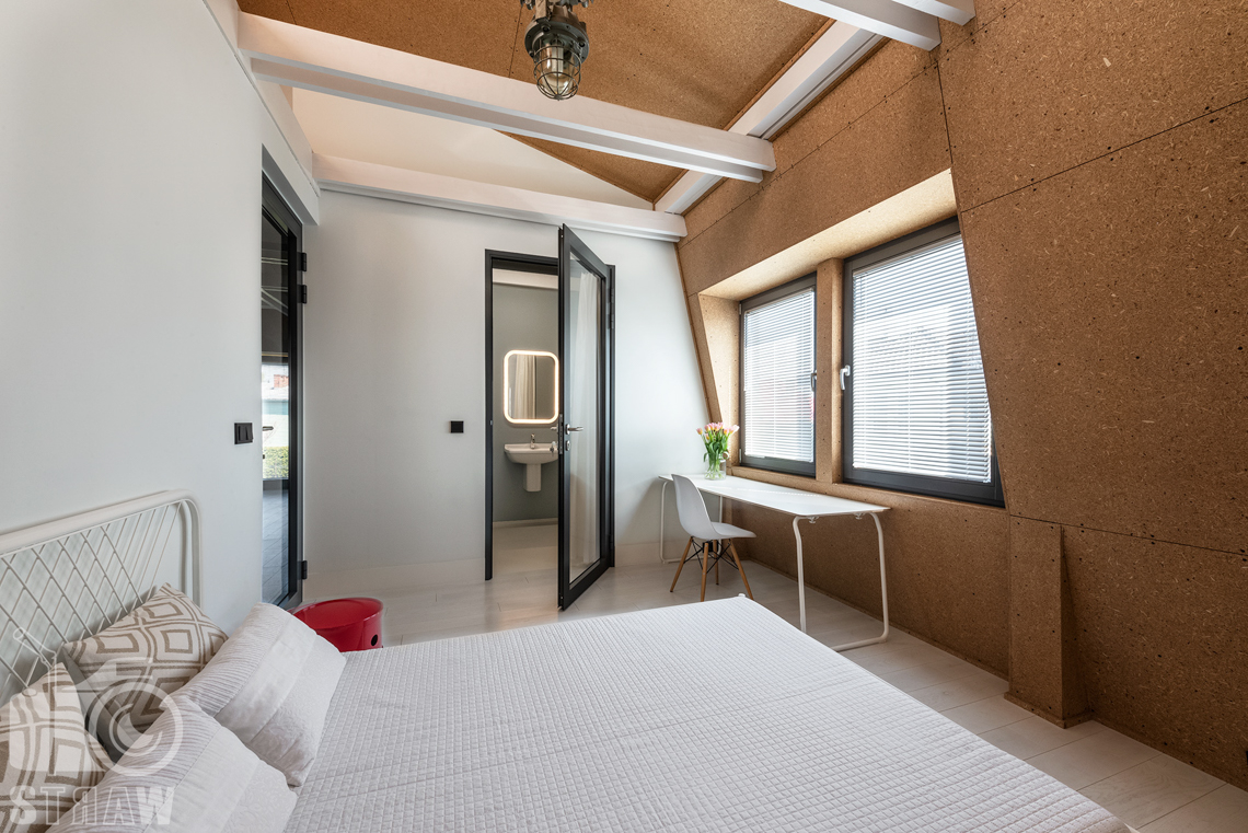Fotografia nieruchomości na sprzedaż, zdjęcia wnętrza domu w Konstancinie, tu sypialnia dla gości i przynależąca do niej łazienka.