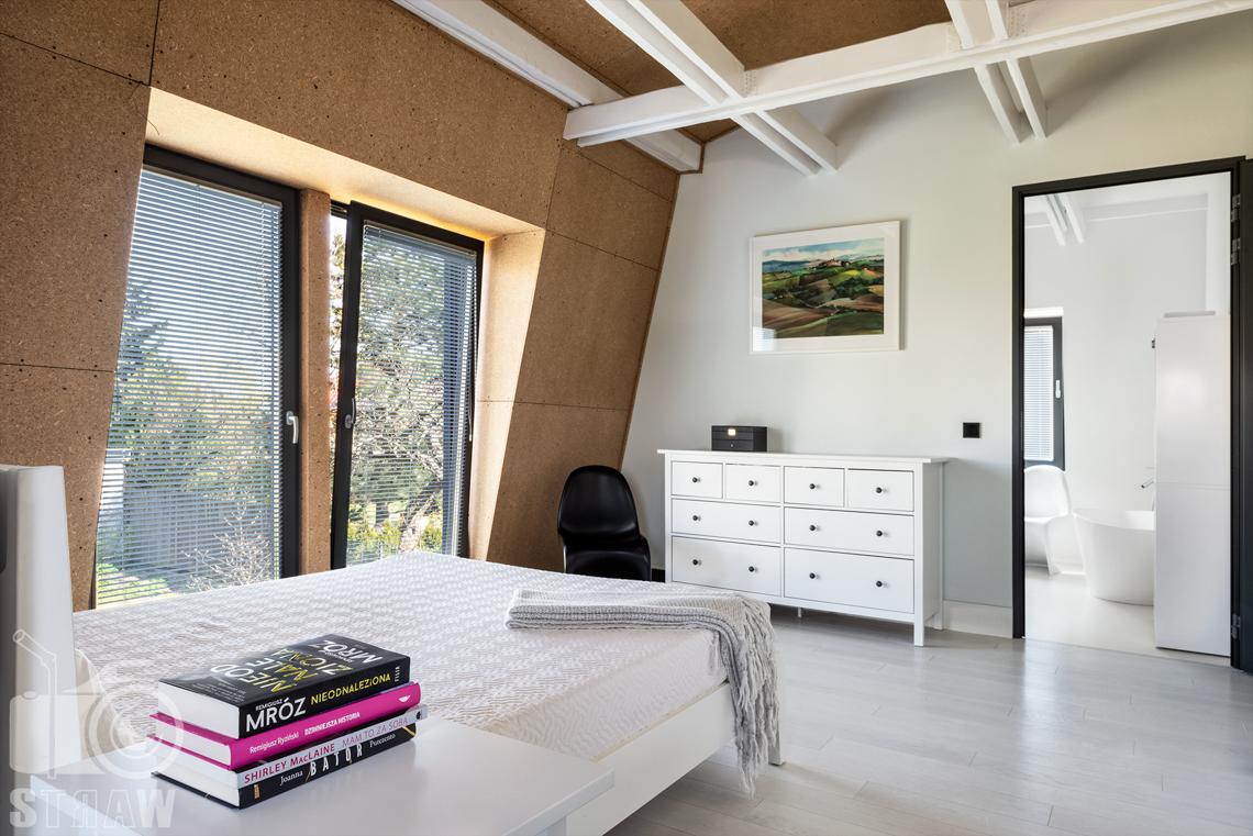 Fotografia nieruchomości na sprzedaż, zdjęcia wnętrza sypialni w dużym piętrowym domu na sprzedaż.