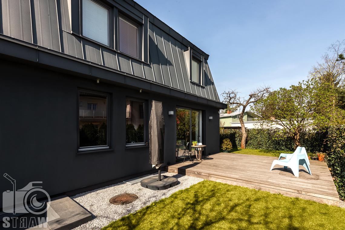 Fotografia nieruchomości na sprzedaż, zdjęcia ogrodu, tarasu i domu z zewnątrz.