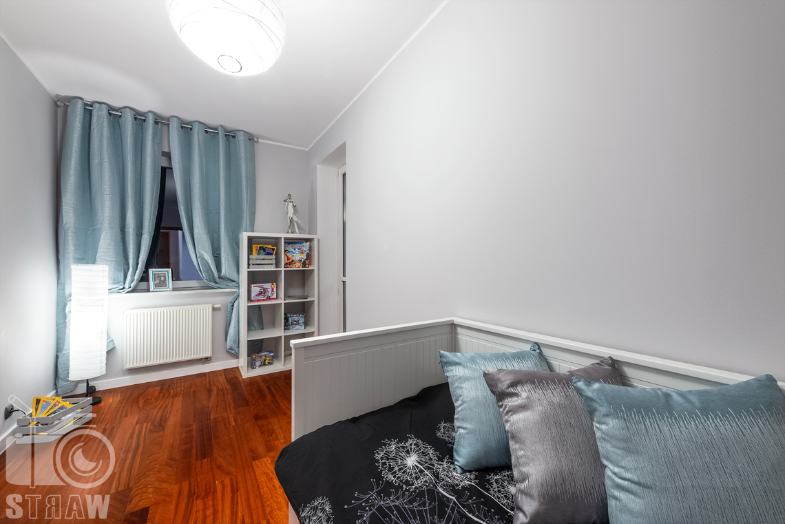 Sesja fotograficzna mieszkania na sprzedaż tu pokój dziecka i łóżko.