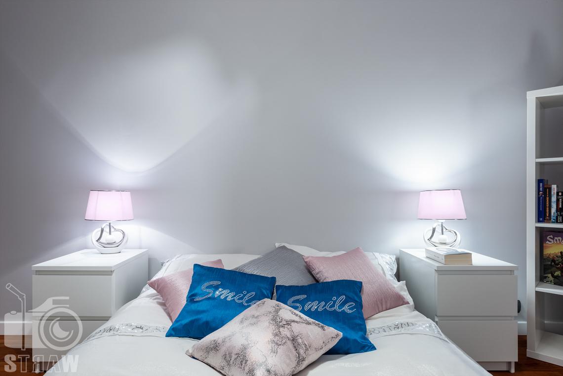 Sesja fotograficzna mieszkania na sprzedaż, sypialnia i zagłówek łóżka i szafki nocne.