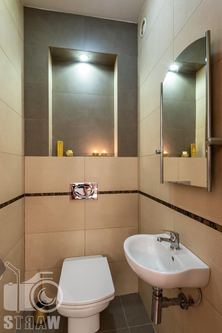 Sesja fotograficzna mieszkania na sprzedaż, małą łazienka z toaletą.