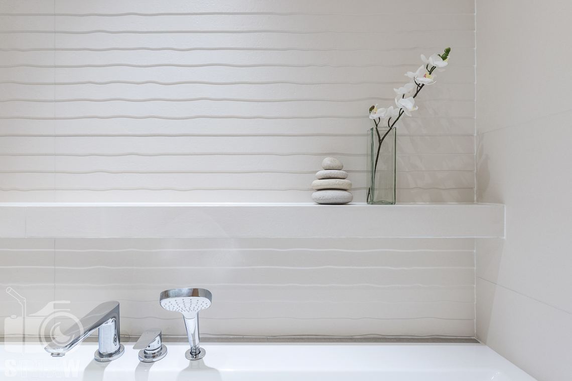 Fotografia wnętrz dla projektantów, zdjęcia mieszkania wykończonego według projektu biura projektowego 4ma Projekt, łazienka detale i białe płytki.
