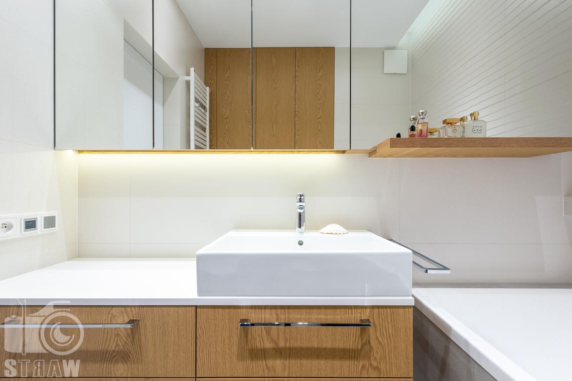 Fotografia wnętrz dla projektantów, zdjęcia mieszkania wykończonego według projektu biura projektowego 4ma Projekt, łazienka, zabudowa pod umywalkę i lustro na całą ścianę.