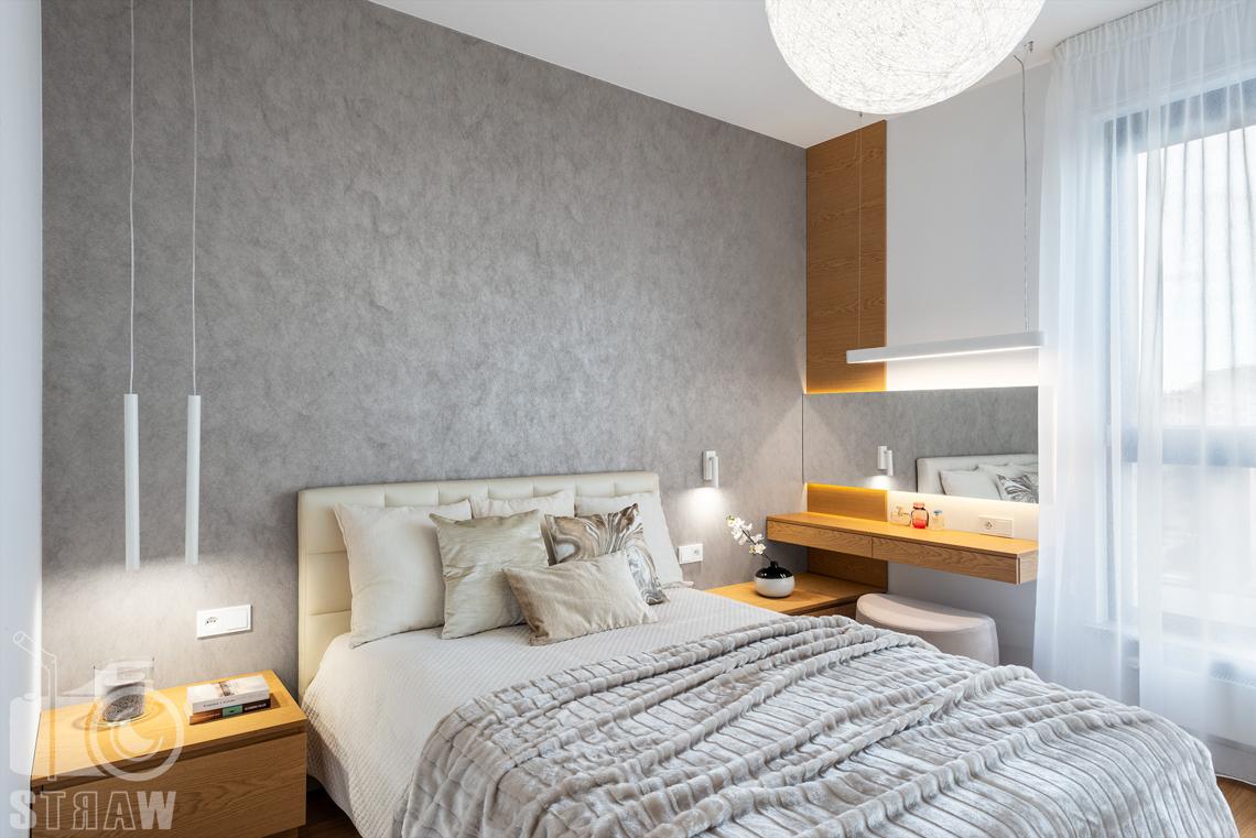 Fotografia wnętrz dla projektantów, zdjęcia mieszkania wykończonego według projektu biura projektowego 4ma Projekt, sypialnia z dużym kulistym żyrandolem.