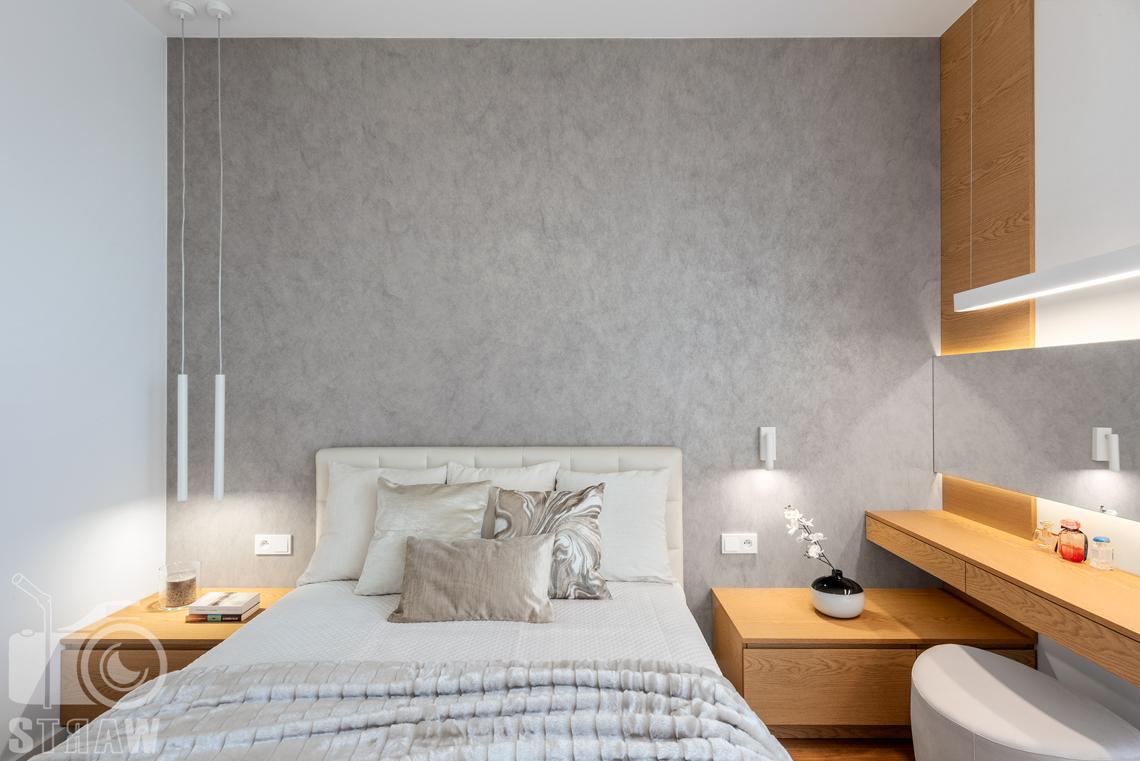 Fotografia wnętrz dla projektantów, zdjęcia mieszkania wykończonego według projektu biura projektowego 4ma Projekt, sypialnia z łóżkiem ze srebrnymi dodatkami.