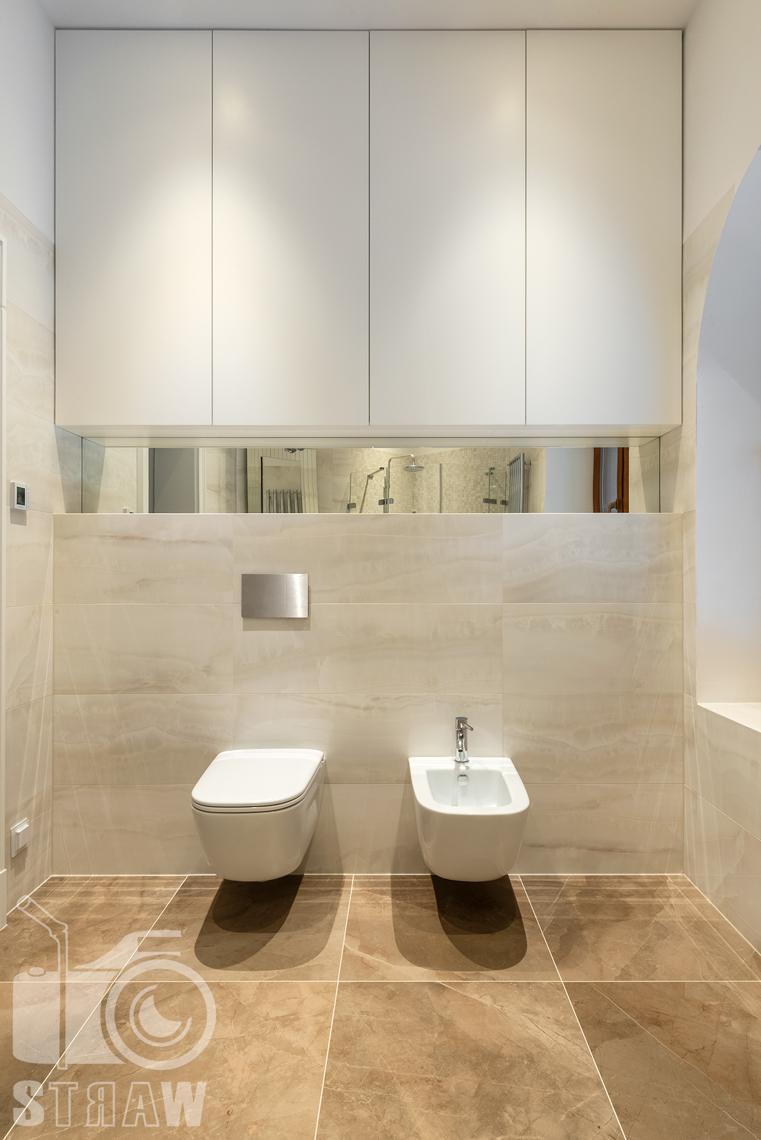 Fotografia wnętrz domu zaprojektowanego przez biuro projektowe, łazienka dla gości, toaleta i bidet.