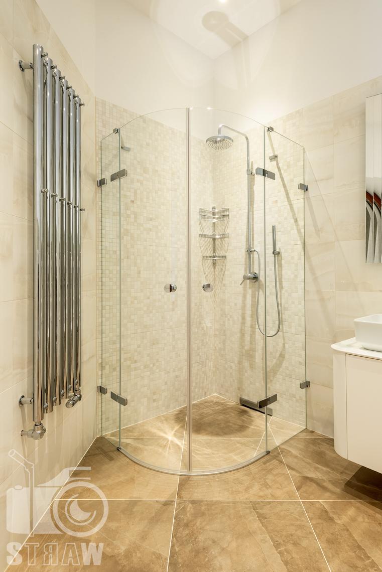 Fotografia wnętrz domu zaprojektowanego przez biuro projektowe, łazienka dla gości, prysznic, kaloryfer.