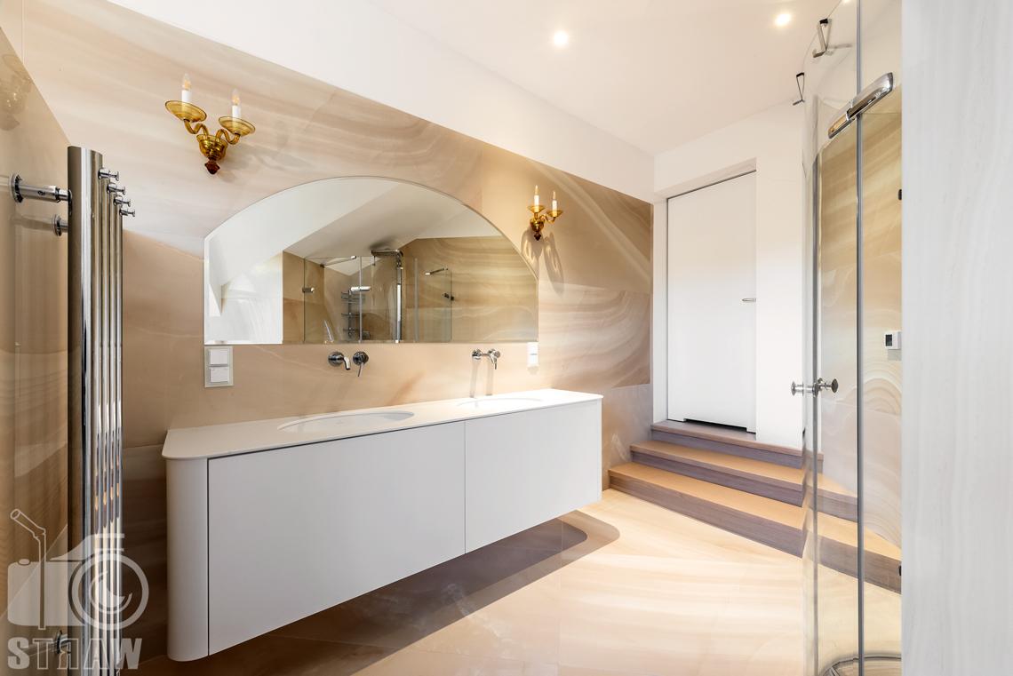 Fotografia wnętrz domu zaprojektowanego przez biuro projektowe, duża łazienka główna, umywalki i lustro.