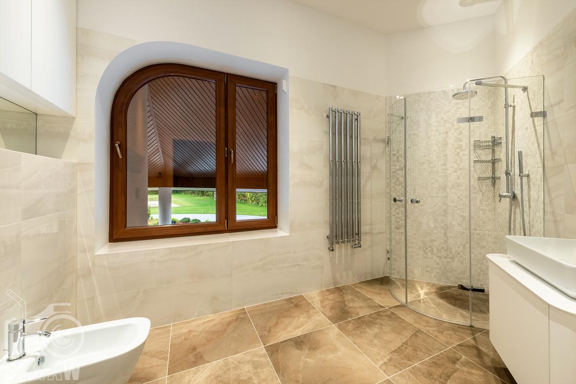 Fotografia wnętrz domu zaprojektowanego przez biuro projektowe, łazienka dla gości, prysznic.