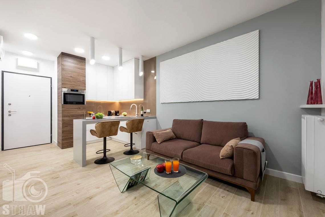 Fotografia nieruchomości na wynajem krótkoterminowy widok na salon, kucjnię i wejście do apartamentu.