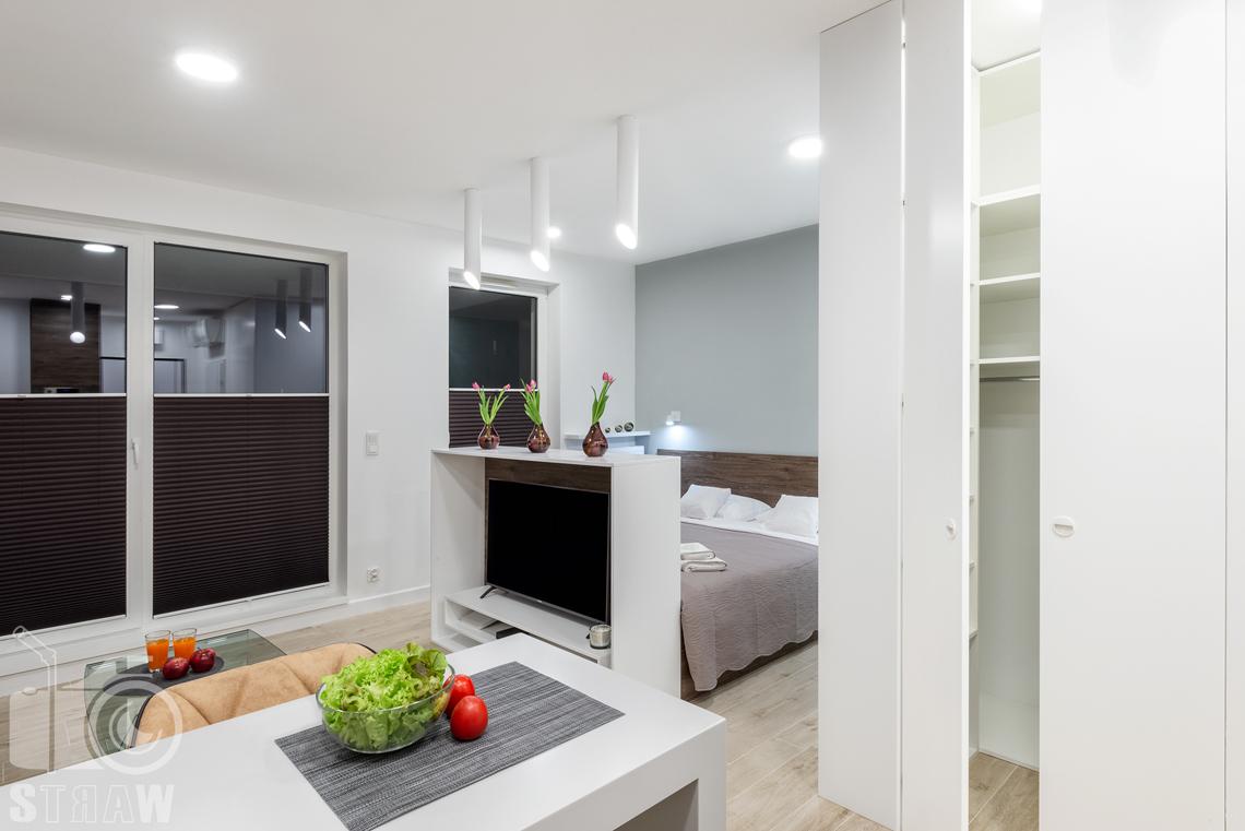 Fotografia nieruchomości na wynajem krótkoterminowy duża szafa na wyposażeniu apartamentu.