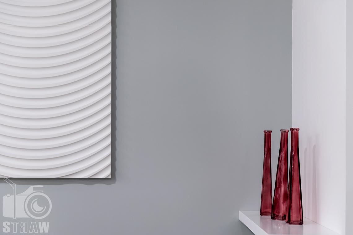 Fotografia nieruchomości na wynajem krótkoterminowy ozdoby w salonie, wazony i i ozdoba ścienna.