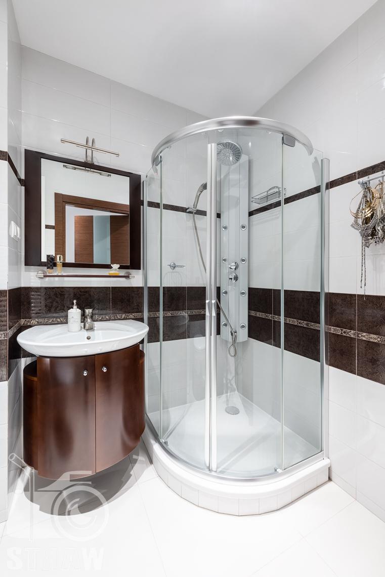 Fotografie mieszkania na sprzedaż, mała łazienka z prysznicem.