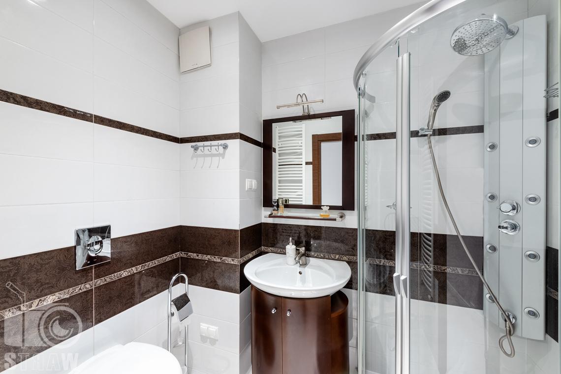 Fotografie mieszkania na sprzedaż, zdjęcia łazienki w kolorach brązu i bieli.