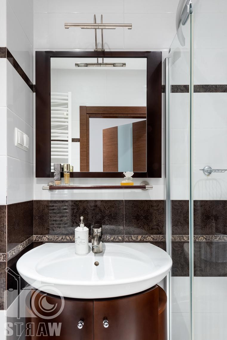 Fotografie mieszkania na sprzedaż, umywalka w łazience dla gości.