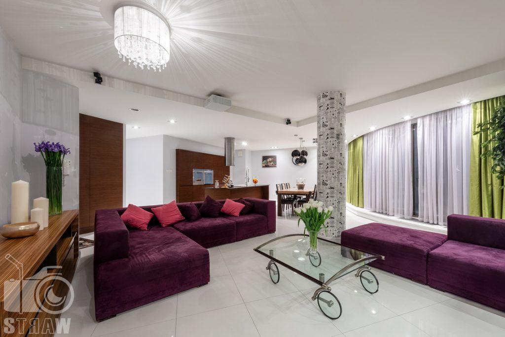 Fotografie mieszkania na sprzedaż, zdjęcia z salonu w stronę otwartej kuchni i jadalni.