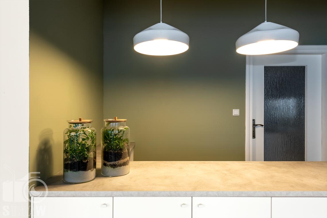 Fotografia wnętrz komercyjnych, zdjęcia domu opieki medycznej, pomieszczenie kuchenno gospodarcze z ladą.