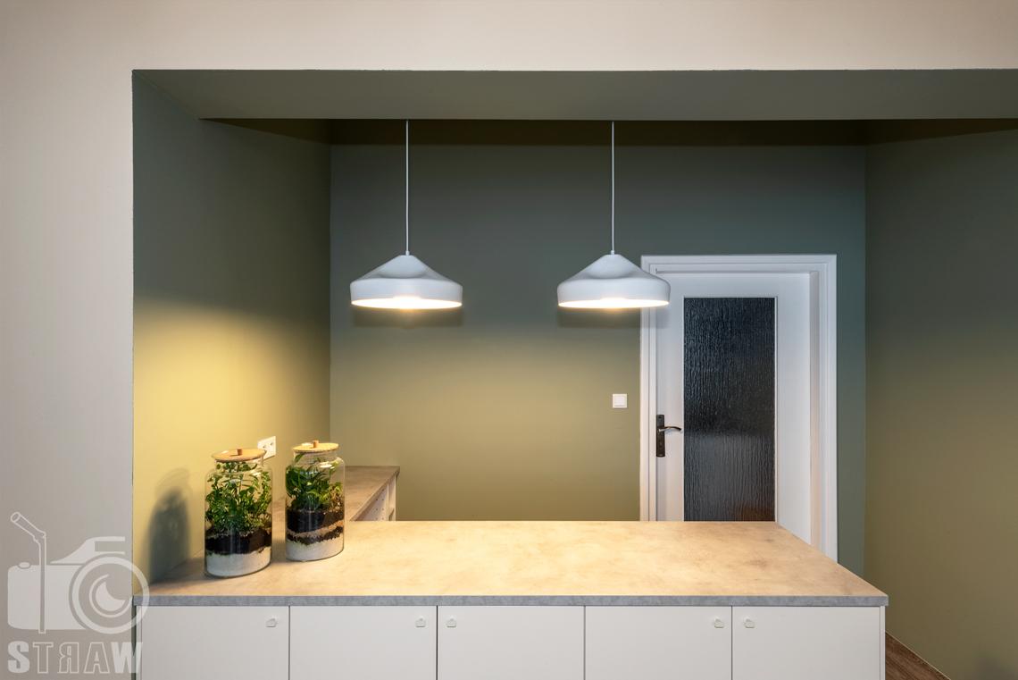 Fotografia wnętrz komercyjnych, zdjęcia domu opieki medycznej widok na pomieszczenie kuchenne z zapalonymi lampami.