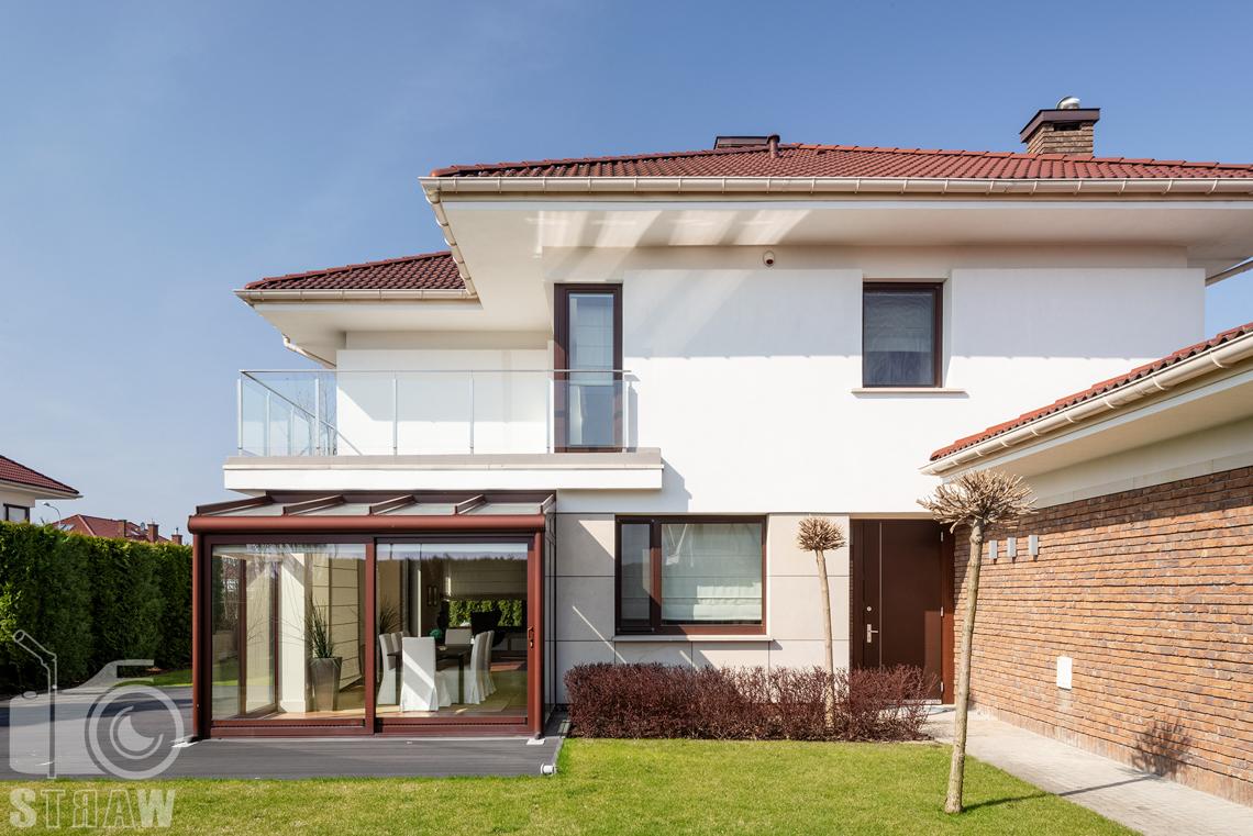 Zdjęcia nieruchomości na wynajem, duży trzypiętrowy dom z ogrodem, zdjęcie od frontu.
