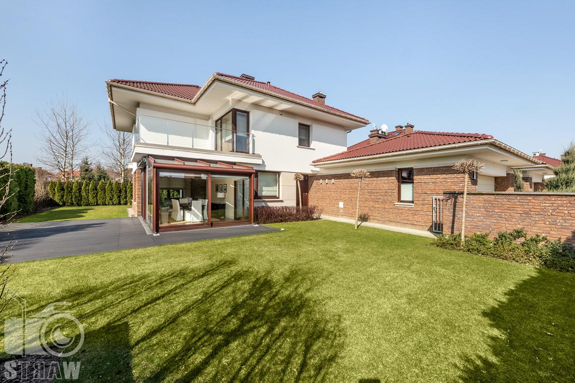 Zdjęcia nieruchomości na wynajem, zdjęcie domu z zewnątrz, widoczna przeszklona jadalnia i ogród.