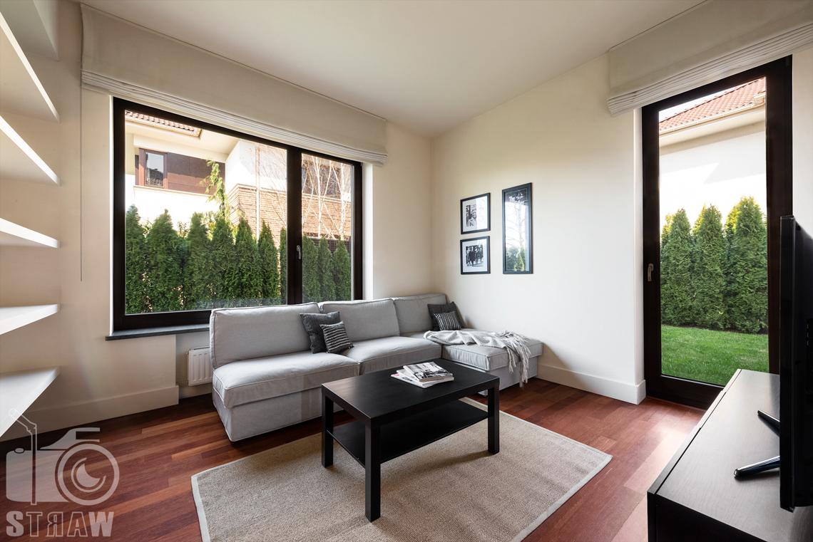 Zdjęcia nieruchomości na wynajem, pokój gościnny lub relaksu na parterze.