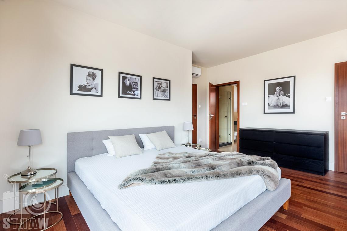 Zdjęcia nieruchomości na wynajem, w dużym domu na osiedlu Konstancja w Wilanowie, na fotografii główna sypialnia z łazienką.